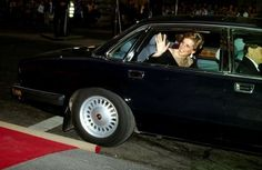 1989-05-10 Diana waves as she leaves Garrard after a Reception in aid of the British Wildlife Appeal