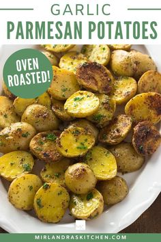 Oven Roasted Garlic Parmesan Potatoes - Looking for an awesome side dish for dinner tonight? Try these oven roasted potatoes! Easy Vegetable Side Dishes, Side Dishes For Bbq, Healthy Side Dishes, Side Dish Recipes, Garlic Parmesan Potatoes, Roasted Garlic, Roasted Potatoes, Easy Chicken Recipes, Potato Recipes