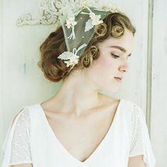 植物モチーフの装飾があしらわれたバブーシュカが、レトロ可愛い花嫁に。前髪の渦巻きを見せるため、やや後ろめにつけるのが好バランス。アウトドア婚に◎。 バブーシュカ¥28,000 /スグリ(スグリサロン) ...
