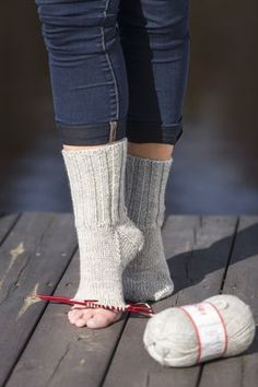 Swedish, but good tutorial - Easy Yarn Crafts Vogue Knitting, Knitting Socks, Knit Socks, Learn To Crochet, Knit Crochet, Easy Yarn Crafts, Crochet Wrist Warmers, Knitting Patterns, Crochet Patterns