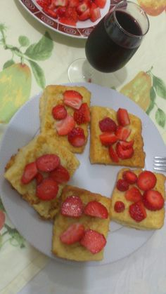 paine ou si capsuni...... Waffles, Breakfast, Food, Pastries, Morning Coffee, Essen, Waffle, Yemek, Morning Breakfast