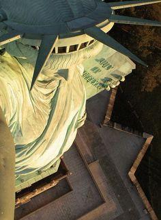 Gran vista desde lo más alto de la Estatua de la Libertad. Nueva York.
