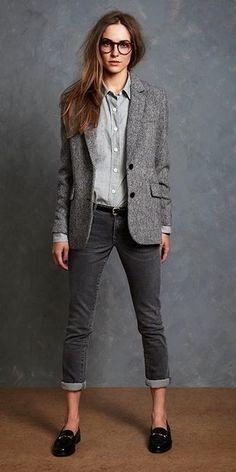 Look de moda: Blazer de Lana Gris, Camisa de Vestir Gris, Vaqueros Pitillo Gris Oscuro, Mocasín de Cuero Negros