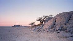 Несколько тысячелетий тому назад тут, в Ботсване, было одно из самых больших озёр Африки, сюда впадала знаменитая Окаванго и другие реки. Постепенно оно высохло оставив после себя бессточную впадину Макгадикгади (Makgadikgadi Pan). Сейчас большую часть впадины занимают озёра Соа и Нтветве, превращающиеся в солончаки в засушливый период года. А в сезон дождей, казавшаяся до того мёртвой, земля солончаков сказочным образом преображается, превращаясь на время в живописные зелёные долины.