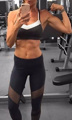 "Fitness Blogger Proves Weightlifting Doesn't Make You ""Bulky\""Fitness Blogger Proves Weightlifting Doe"