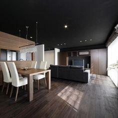 天井を黒と焦げ茶の木カラーが、シックでラグジュアリーな大人の佇まいのLDK