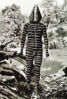 Tribu Yaghan de la Patagonia - Corps peint Selk'nam - « Ulen » esprit du vent). Les Selk'nam ou Ona personnes et les tribus apparentées étaient des autochtones situé à l'intérieur des terres Terre de Feu et de la Patagonie continentale sud. Ils ont été éliminés peu après l'arrivée des missionnaires blancs et des éleveurs, à cause principalement de maladie mais beaucoup ont été également chassés / assassiné par des éleveurs de moutons.