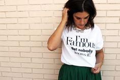 Falda midi, camiseta con mensaje, salones, maxicollar y maxibolso. Casi todo de Zara...