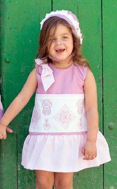 Vestido para niña rosa con panel bordado