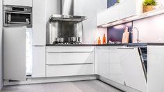Keukenloods.nl - Flash Wit 32. Moderne hoogglans keuken met roestvrij stalen details en apparatuur van AEG. (Showroom: Zwaag)