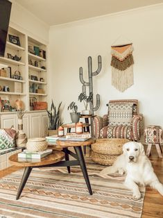 This Dallas home has boho decor, plenty of desert, southwestern elements and gorgeous natural light. We love the bright green elements in the bedroom, the geometric tile in the bathroom and the woven wicker furniture throughout. Decor, Retro Home Decor, Southwestern Home Decor, Home Decor, Boho Chic Interior, Bedroom Decor, Southwestern Decorating, Living Decor, Dallas House