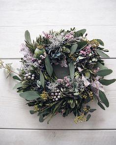 Couronne d'eucalyptus - Lilly is Love Christmas Advent Wreath, Xmas Wreaths, Easter Wreaths, Christmas Decorations, Holiday Decor, Christmas Flowers, Spring Wreaths, Bride Flowers, Diy Flowers