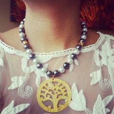 Collar perlas y dije árbol de la vida en bronce con baño en oro de 24 kilates