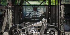 Nous n'avions jamais entendu parler de St Brooklyn Motorcycles. Quelle erreur ! Ce petit garage breton, situé pas loin de St Brieuc, est sorti de nulle part pour nous mettre une énorme gifle avec cette BMW. Justement bien nommée «L'étonnante», il faut bien reconnaitre qu'elle nous en met plein les yeux ! L'occasion idéale de …
