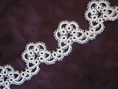 One yard of 1 inch wide hand shuttle tatted lace edging. Thread is size 30 white cotton. Filet Crochet, Crochet Cross, Crochet Doilies, Crochet Edgings, Needle Tatting, Tatting Lace, Shuttle Tatting Patterns, Tatting Tutorial, Lace Jewelry