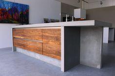Betonnen kookeiland Amerikaans noten gecombineerd met beton in een mooie betonnen kookeiland. Betonnen aanrechtblad 8cm dit voorzien van betonnen wangen en betonnen spoelbak. www.jpwalker.nl
