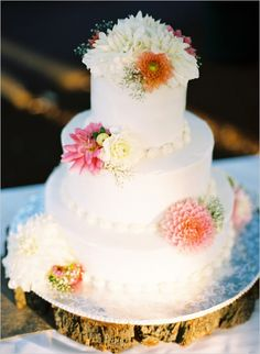white wedding cake topped with florals #weddingcake #cake #weddingchicks http://www.weddingchicks.com/2014/02/10/cant-rush-love-wedding/