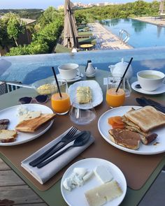 Dernier petit-déjeuner à @hotel_version_maquis_bonifacio  On serait bien restés quelques jours de plus  Direction Porto-Vecchio pour la fin de nos vacances  #ailleursisbetter #hotelversionmaquiscitadelle #breakfastwithaview
