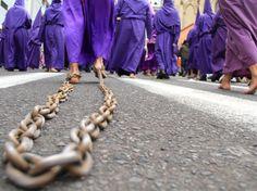Los penitentes usan distintos objetos para ofrecer su penitencia a Dios. Las cadenas, alambres de púas, látigos y los pies descalzos son las penitencias más comunes. Foto: Archivo/ EL COMERCIO