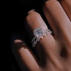 #ring #mc Mafia, Halo Diamond Engagement Ring, Vintage Engagement Rings, Oval Engagement, Most Beautiful Engagement Rings, Wedding Rings Rose Gold, Rings Cool, Ring Verlobung, Wedding