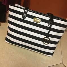 sUpEr cute MK Blk/Wht Tote This is a beautiful Michael Kors with Balck and white stripes, and gold accents, and black leather straps, it's ready to rock on you Michael Kors Bags