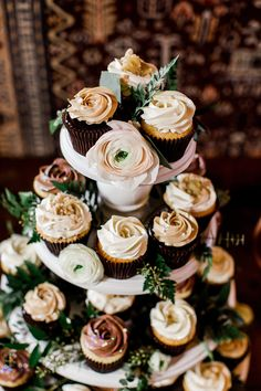 cupcake table with greenery Cupcake Tower Wedding, Diy Wedding Cake, Floral Wedding Cakes, Wedding Cake Designs, Wedding Desserts, Cupcake Towers, Vow Renewal Ceremony, Renewal Wedding, Wedding Vows