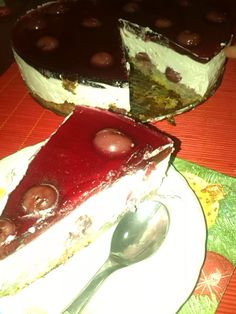 Tort cu iaurt,frisca si visine