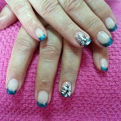 Uñas de acrílico decoradas con esmalte permanente y esmalte de decoración