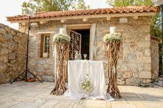 Οι λαμπάδες γάμου σε βάσεις, στολισμένες στο ίδιο concept με τον υπόλοιπο χώρο Greek Wedding, Boho Wedding, Wedding Decorations, Table Decorations, Wood Paneling, Unique Weddings, Wedding Inspiration, Wedding Ideas, Flowers