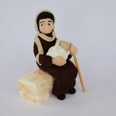 Santon crèche de noël : berger assis avec un mouton sur les genoux fabrication artisanale figurine en pâte fimo