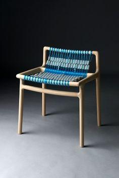 Stuhl aus Holz, Wollfilz und Wäschleinen