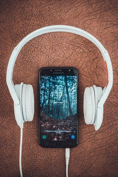 Turned-on Black Samsung Smartphone Between Headphones · Free Stock Photo Electronics Projects, Electronics Gadgets, Tech Gadgets, Smartphone, Instru Rap, Telephone Portable Samsung, Camara Canon Eos, All Mobile Phones, Music Wallpaper