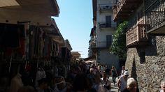 www.bringhand.de/blog    Der Straßenmarkt am Lago Maggiore in Cannobio ist einen Besuch wert. Neben der vielen Kleidung gibt es viel leckeres zum Probieren. ....Käse, Salami, Wein, Oliven, Obst, Gemüse ... :-)    #Cannobio #Italien #Reisen #Wanderlust #Markt #Straßenmarkt #Lagomaggiore #shopping #Einkaufen #Flohmarkt #Tröddeln #Deutsche #Schweizer #Italiener #Österreicher #Franzosen #Sommer #Märkte #Schnäpchen #Essen #Lecker #Käse #Wein #Salami #Fogel #Bringhand