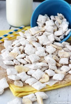 This Banana Pudding Puppy Chow is absolutely delicious and unmistakably banana pudding flavored. It gets its amazing flavor from dry banana pudding mix! Puppy Chow Recipes, Chex Mix Recipes, Snack Recipes, Banana Dessert Recipes, Banana Pudding Recipes, Yummy Snacks, Delicious Desserts, Yummy Food, Pudding Flavors