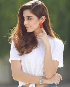 Gorgeous Maya Ali during the promotions of her upcoming movie with the singer and actor Ali Zafar .Film titled is Teefa in Trouble. The film will release on this Eid-ul-azha 2018 in competition with two other movies jawani phir nai ani 2 and loadwedding. Stylish Girls Photos, Stylish Girl Pic, Girl Photo Poses, Girl Photos, Mehendi Outfits, Maya Ali, Cute Girl Pic, Cute Celebrities, Celebs