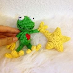 crochet frog and little star  #crochet #niggyarts #häkeln #frosch #star #frog #amigurumi #crochetfrog #cutefrog #plushmaker #stern #instacrochet #häkelliebe #kawaii