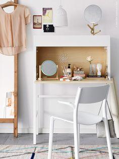 Den nätta IKEA PS 2014 sekretären är en liten skönhet med plats för mycket skönheter! Klassisk i...