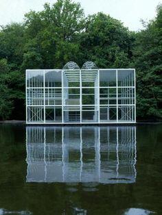 Het beeldenpaviljoen van Wiek Röling zoals het in 1986 in park Sonsbeek te zien was. Foto Pieter Boersma