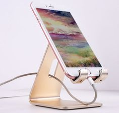 24 phone gadgets as gifts you can send to friends they will love! - desktop phone and tablet stand phone gadgets as gifts for friends - Work Desk Decor, Home Office Decor, Cozy Office, Office Desk Decorations, Corner Office Desk, Cubicle Decorations, Office Inspo, Office Ideas, Android Ou Iphone