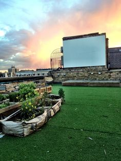 Outdoor cinema 20 Rooftop Theater Ideas For Amazing Watch Experience Outdoor Cinema, Outdoor Theater, Cinema Architecture, Faux Grass, Lazy Summer Days, Theatre Design, London Skyline, Rooftop Bar, Outdoor Gardens