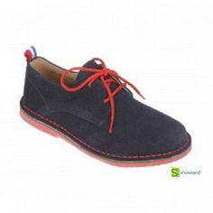 Ideales estos zapatos tipo blucher para niños en ante marino con detalle de pespuntes y cordones en rojo. Fabricados en España. Del 28 al 34