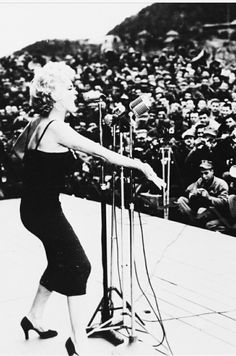 Marylin Monroe in Korea singing for the army