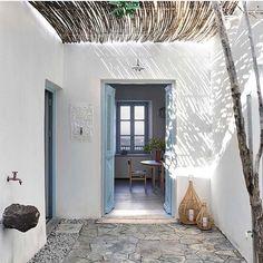Milos house .... project of @k_studio_gr . Photo by @vangelispaterakis styling @anestismichalis ///////////////// #travel #mediterranean…