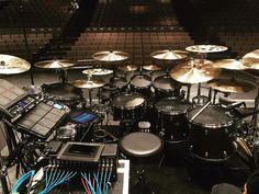 This Drummer Set up Drum Drawing, Drums Studio, Drums Artwork, Modern Tech, Old Rock, Drum Lessons, Dope Music, Live Rock, Snare Drum
