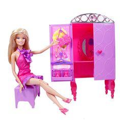 Acest set de mobilier Barbie este cadoul perfect pentru copii. Are accesorii ce includ umerase, genti si truse de machiaj. Acesta se transforma pentru  a scoate la iveala spatiul ideal pentru depozitare, o oglinda si o masuta.