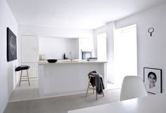 There are many stunning open plan kitchens, but is it the right option for you? You may have come across an open plan kitchen design that you love, and you're Interior Simple, Black And White Interior, Black White, Minimalist Interior, Pure White, Kitchen Interior, Kitchen Decor, Bar Kitchen, Casa Clean