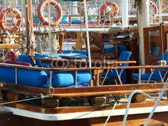 Blaue Stühle und Sessel auf dem Achterdeck einer Segelyacht im Hafen von Bodrum am Ägäischen Meer in der Türkei