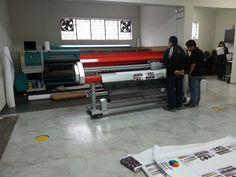 Impresora de alta calidad e impresora de alta producción ambas calibradas.