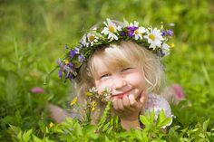happy little girl in flowers wreath lying on green grass: Lizenzfreie Bilder und Fotos Bunch Of Flowers, Wild Flowers, Life Is Beautiful, Beautiful Gardens, Purple Garden, Country Charm, Country Life, Country Living, Portraits