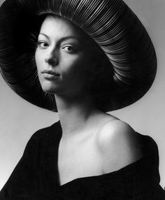 London, Vogue UK 1972 , Ann Schaufuss in Renaissance Hat - Photo by Clive Arrowsmith Charlotte Rampling, Helena Bonham Carter, Celebrity Photographers, Famous Photographers, Liv Tyler, Jane Birkin, Vogue Uk, Mick Jagger, Paul Mccartney